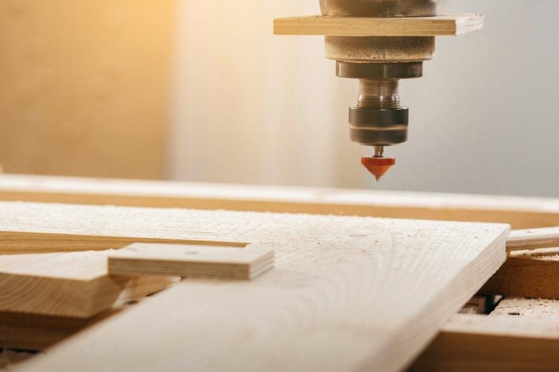 Wycinanie kształtów w drewnie – zobacz możliwości obrabiarek CNC